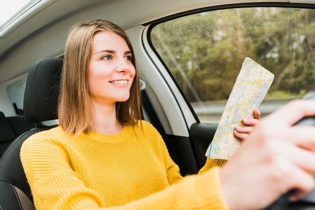 Mittlerer schuss des reisenden auf autoreise
