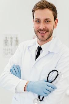Mittlerer schuss doktor posiert