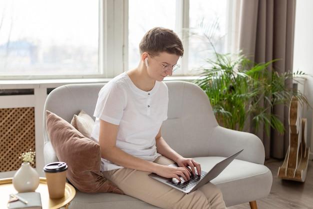 Mittlerer schuss elternteil, der auf couch arbeitet