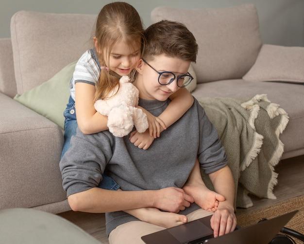 Mittlerer schuss elternteil, der zu hause mit kind arbeitet