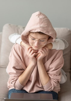 Mittlerer schuss elternteil mit kind zu hause