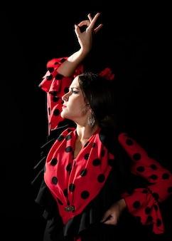 Mittlerer schuss flamencatänzer, der oben schaut