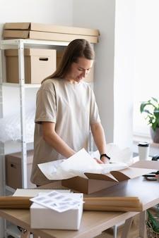 Mittlerer schuss frau verpackungsgegenstand