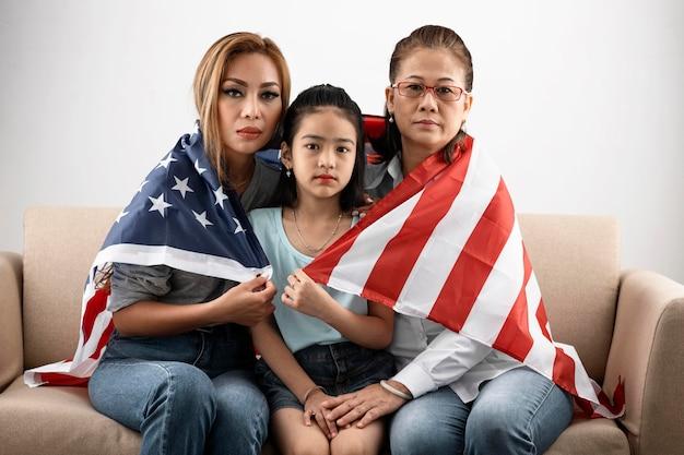 Mittlerer schuss frauen und kind mit flagge