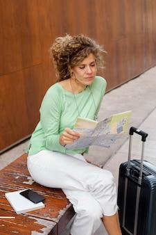 Mittlerer schuss frauenreisender mit karte