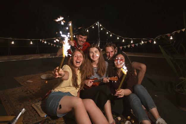 Mittlerer schuss freunde auf party