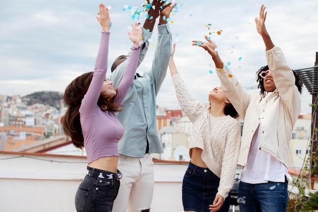 Mittlerer schuss freunde feiern