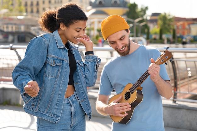 Mittlerer schuss freunde mit musik