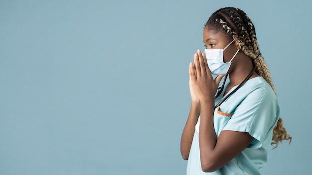 Mittlerer schuss gesundheitspersonal mit kopierraum