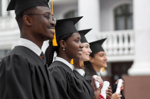 Mittlerer schuss glückliche doktoranden
