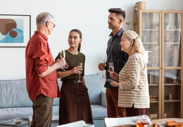 Mittlerer schuss glückliche familie, die brille hält