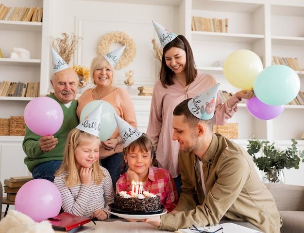 Mittlerer schuss glückliche familie, die feiert
