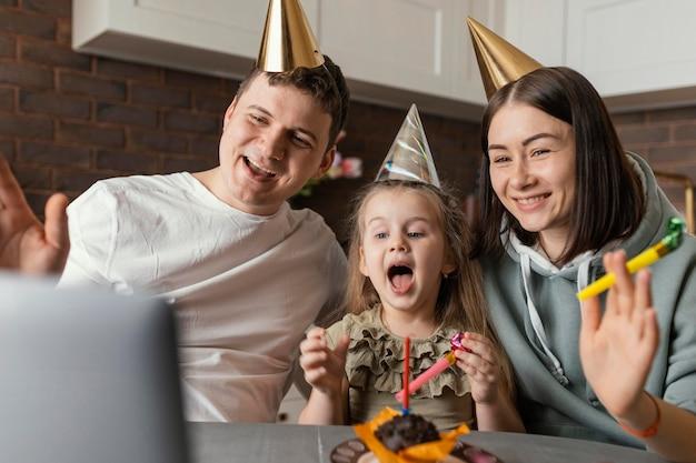 Mittlerer schuss glückliche familie, die geburtstag feiert