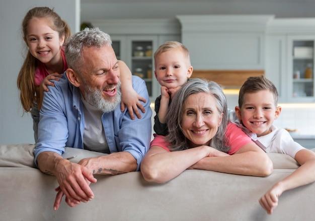 Mittlerer schuss glückliche familie, die zusammen aufwirft