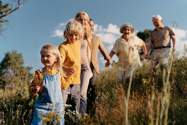 Mittlerer schuss glückliche familie in der natur