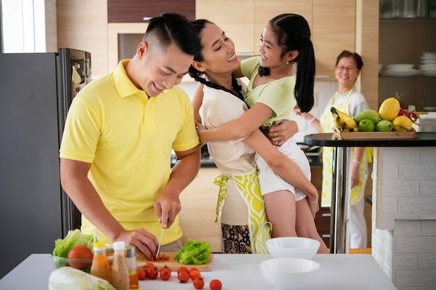 Mittlerer schuss glückliche familie zu hause