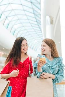 Mittlerer schuss glückliche freunde am einkaufszentrum