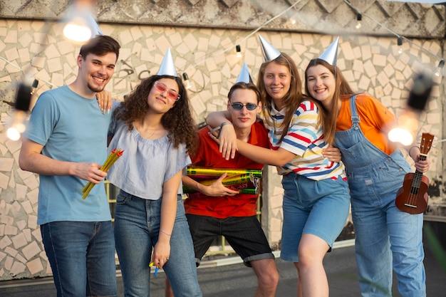 Mittlerer schuss glückliche freunde auf party