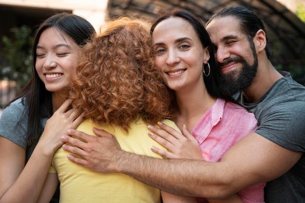 Mittlerer schuss glückliche freunde, die sich umarmen