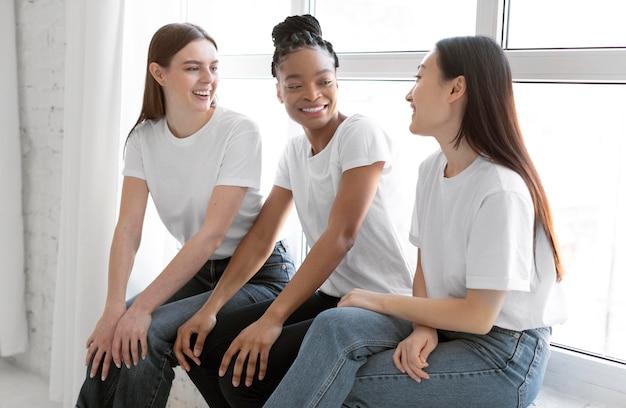 Mittlerer schuss glückliche freunde, die sich unterhalten