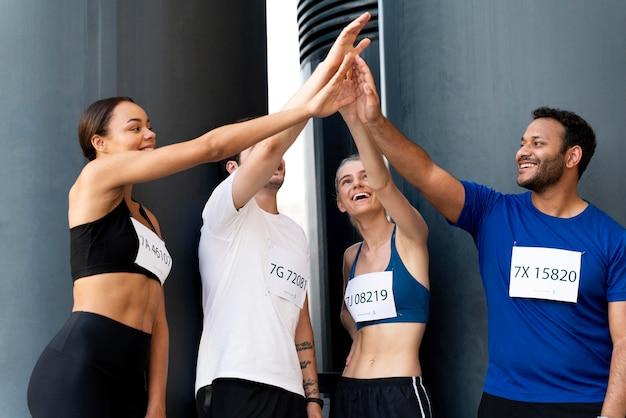 Mittlerer schuss glückliche freunde high five