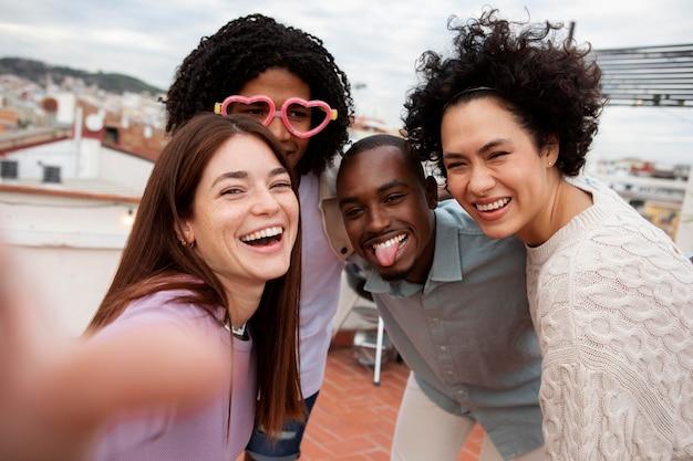 Mittlerer schuss glückliche freunde zusammen