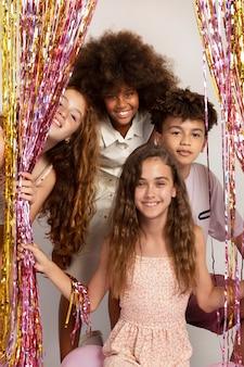Mittlerer schuss glückliche kinder auf party