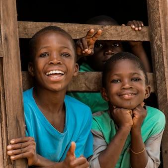 Mittlerer schuss glückliche kinder, die aufwerfen