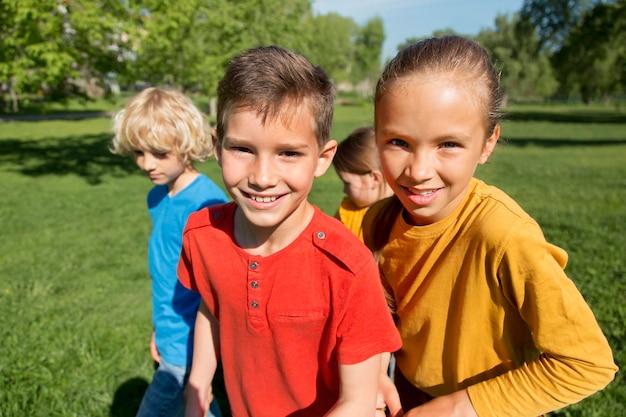 Mittlerer schuss glückliche kinder draußen
