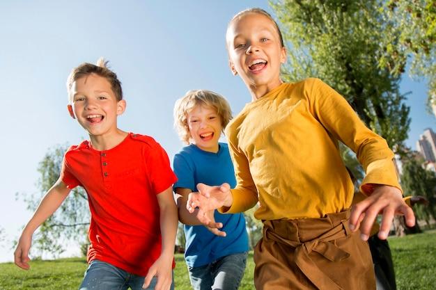 Mittlerer schuss glückliche kinder im freien