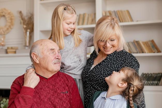 Mittlerer schuss glückliche mädchen und großeltern