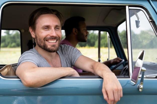 Mittlerer schuss glückliche männer im van