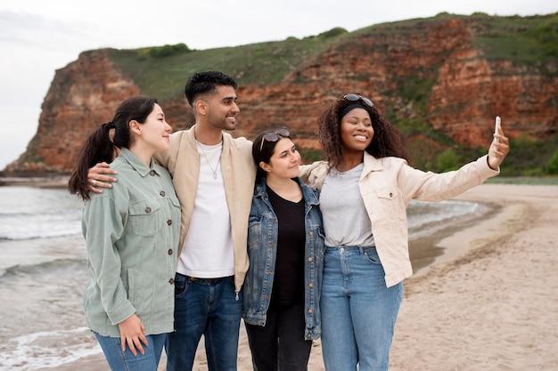 Mittlerer schuss glückliche menschen mit smartphone