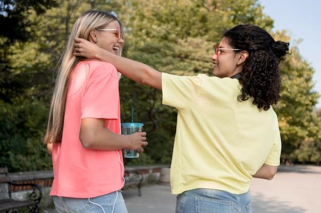 Mittlerer schuss glückliche teenager-mädchen