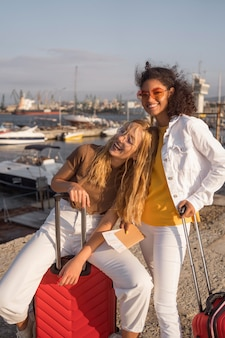 Mittlerer schuss glückliche touristen mit gepäck
