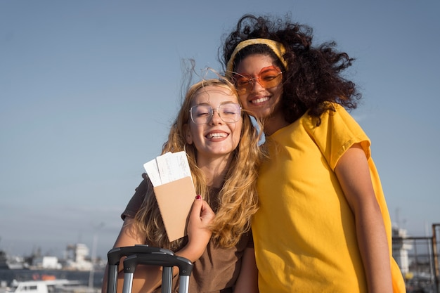 Mittlerer schuss glückliche touristen