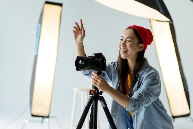 Mittlerer schuss glücklicher fotograf