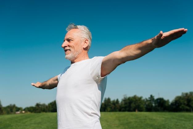 Mittlerer schuss glücklicher mann mit den langen armen