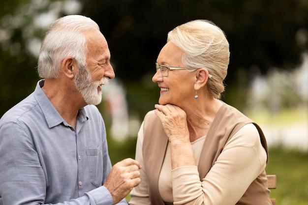 Mittlerer schuss glückliches älteres paar