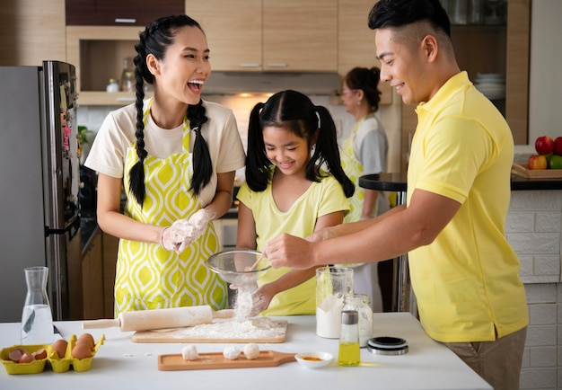 Mittlerer schuss glückliches familienkochen