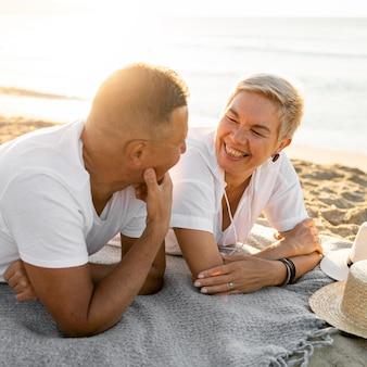 Mittlerer schuss glückliches paar, das spricht