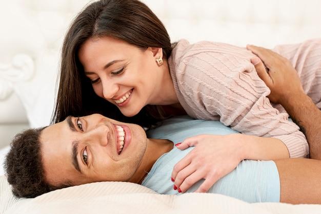 Mittlerer schuss glückliches paar im schlafzimmer