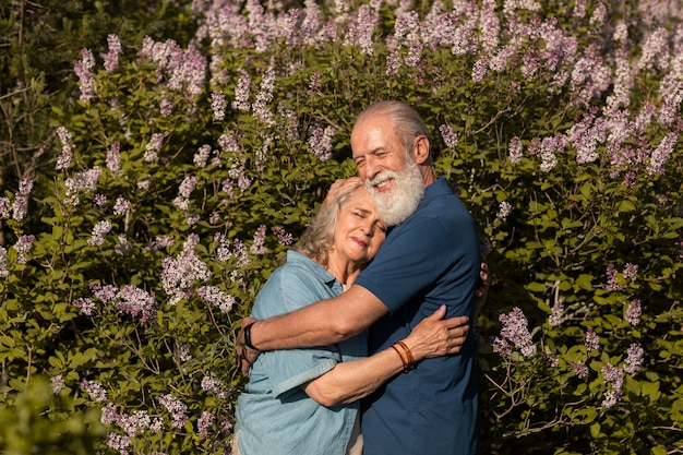 Mittlerer schuss glückliches paar umarmt