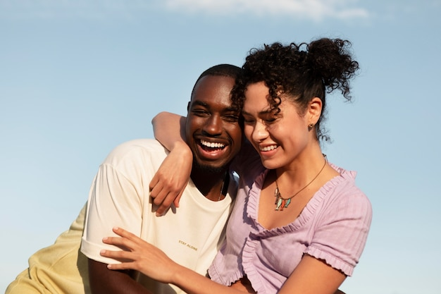Mittlerer schuss glückliches paar