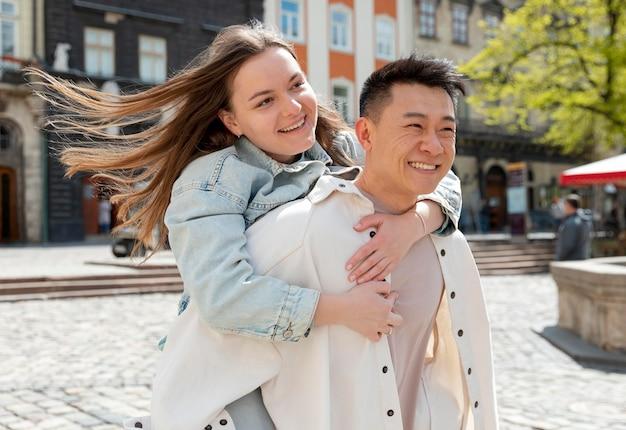 Mittlerer schuss glückliches romantisches paar