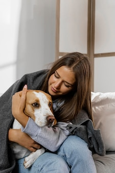 Mittlerer schuss jugendlich umarmender hund