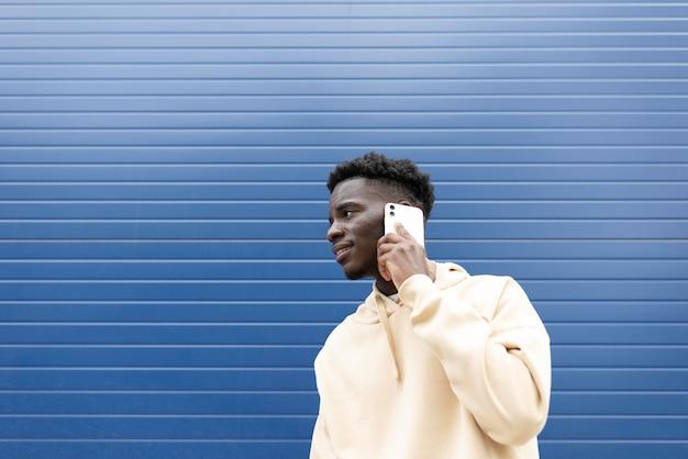 Mittlerer schuss junge, der am telefon spricht