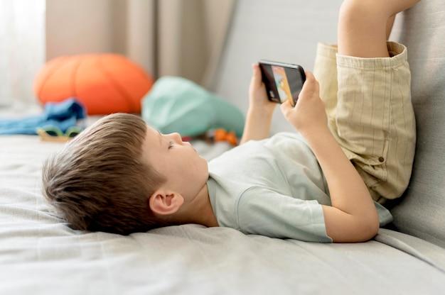 Mittlerer schuss junge mit smartphone