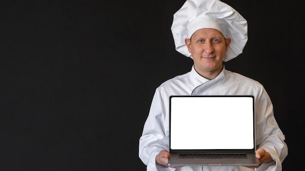 Mittlerer schuss koch, der laptop hält