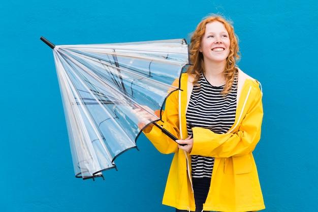 Mittlerer schuss mädchen, der regenschirm schließt